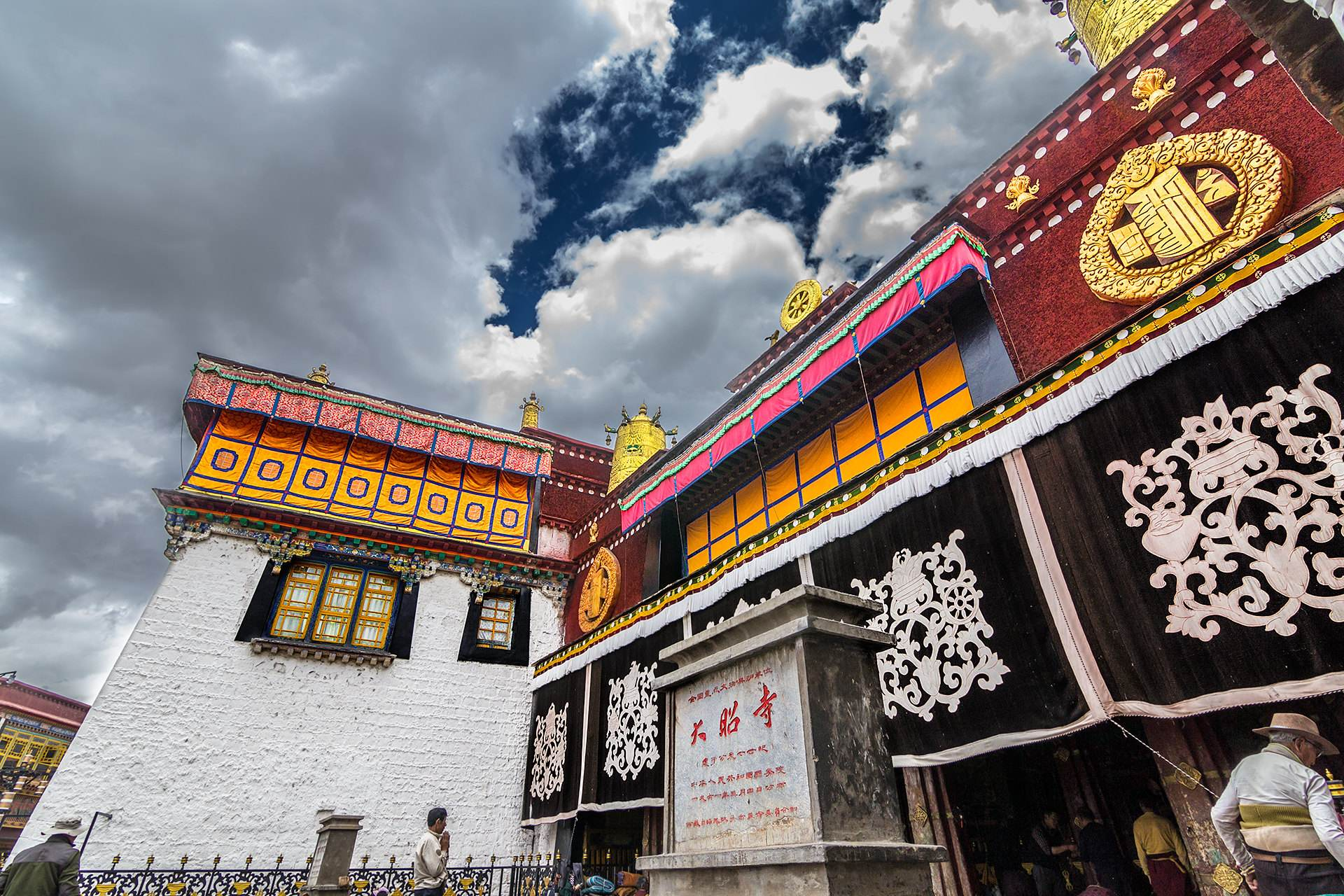 Go to Jokhang Temple in Tibet for a sacred worship of a lifetime